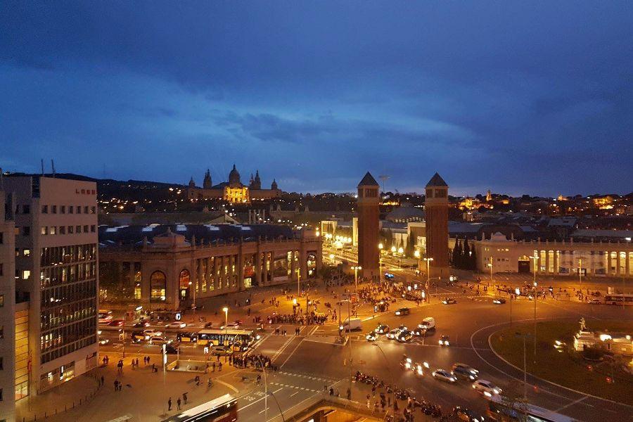 Plaza Espanya Barcelona cu fantanile magice noaptea