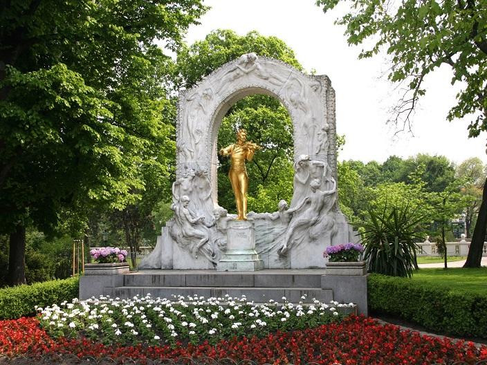 Statuia lui Johann Strauss din Viena Blog Calator