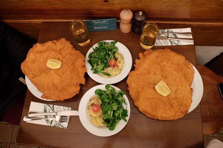 Schnitzel vienez la restaurantul Figlmuller Blog Calator